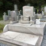 娘様が想いを込めてデザインされたキャラクターが素敵な、淡いピンク色の洋型墓石が完成。寄居町折原の明善寺様墓地にて
