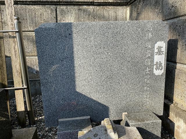 彫刻前の墓誌
